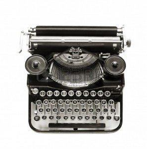 12402319-maquina-de-escribir-antigua-en-un-contexto-blanco-crujiente