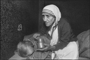 Mother-Teresa-at-the-home-for-the-dying,-Mother-Teresa-s-Missions-of-Charity,-Calcutta,-India,-1980