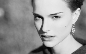 natalie_portman_face_look_actress_black_and_white_88852_3840x2400