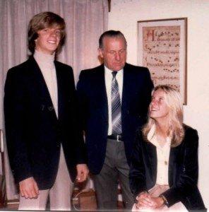 Con su hermano Christian y su papá, en los años colegiales.