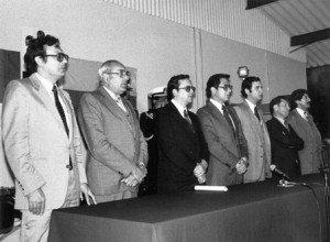Entre otros, segundo de la izquierda, Carlos Feraud Blum, ministro de Gobierno; luego César Robalino, ministro de Recursos Naturales; el presidente Jaime Roldós; Xavier Vidal, su secretario privado y el canciller Alfonso Barrera.