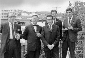 Día de su matrimonio con Elisa Aguirre. Desde la izq.: Néstor Vega, el novio y Raúl Páez Calle. Detrás, Gonzalo Uzcátegui y otro colega economista. Quito, junio de 1966.