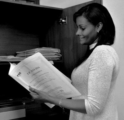 Revisando unos archivos en su oficina de la Fiscalía, en Quito.