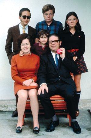 Felipe, Cristóbal, María Eulalia y Pablo Corral Vega (centro), Eulalia Vega y Julio Corral Borrero. Su familia nunca regresó a Cuenca después de concluir el encargo de su padre como superintendente de Bancos (1970).
