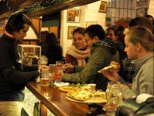 Además de por su cerveza artesanal, el Bandido Brewing, primer bar de ese tipo que se instaló en La Tola, es conocido por la calidad de su pizza.