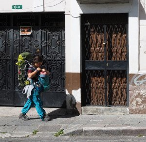 Turista caminando por la calle Antepara hacia el hostal The Secret Garden.