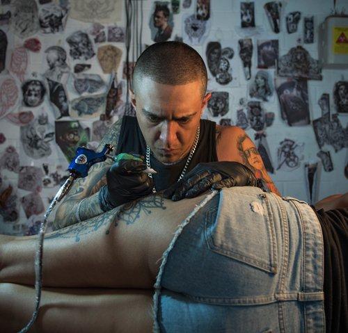 Santiago Manosalvas se sintió atraído por el estilo de tatuajes de la cultura chicana, como la de Los Ángeles. Conoció a un gran tatuador, Fernando Puedmag, sin el cual no hubiera sido posible que llevara a cabo esta profesión. Para Santiago se trata de una forma de expresión artística en la que se canalizan sensaciones.