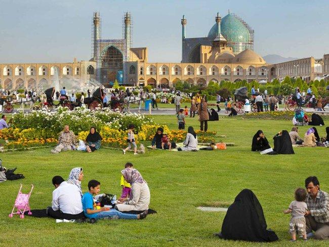 Los jardines son el eje central de la vida pública iraní. Son considerados retazos de paraíso en un país mayori¬tariamente desértico y en algunas ciudades que se dan el lujo de tener amplios espacios verdes como Shiraz y la gran Isfahán (foto) son la escena del pícnic, el juego y el esparcimiento.
