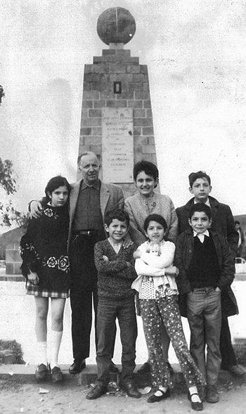 Con sus padres, Leoncio Celi, Edith de la Torre, y sus hermanos en la Mitad  del Mundo, en un paseo familiar, 1968.