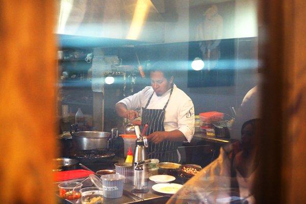 Samuel Ortega basa su cocina en productos locales y recurre a la memoria para crear sus platos. No se considera un estandarte de la nueva cocina ecuatoriana, pero defiende el uso de ingredientes ecuatorianos.