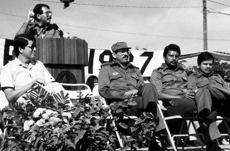 Ramírez escucha un discurso de Daniel Ortega en los años ochenta. Lo acompañan Humberto Ortega, Bayardo Arce y Henry Ruiz.