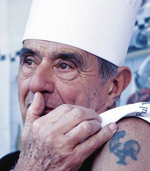 """¿Su gallo tatuado en el brazo? """"¡Es mi amigo! Cuando alguien me molesta, le hablo en voz baja.  Eso me tranquiliza y, sobre todo, desestabiliza al adversario"""". Fuente: www.debate.com.mx"""