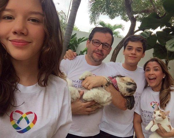 Silvia con su esposo y sus hijos Adriana Elena y Carlos Xavier.