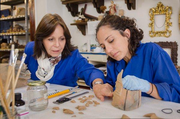 Ximena Samaniego, coordinadora técnica, y Carla Freile, restauradora del proyecto.