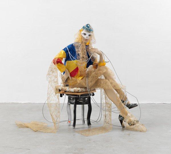 Actores, maniquí, ropa y papel. Isa Genzken, 2013.