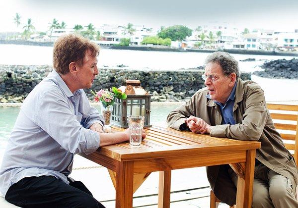 Dante Anzolini con Philip Glass en las islas Galápagos.