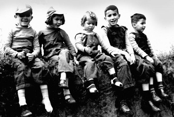 Los hermanos Ortiz Crespo fotografiados por su padre, Luis Alfonso Ortiz Bilbao, hacia 1952. De izquierda a derecha: Gonzalo, Ximena, Carmen, Fernando y Alfonso.