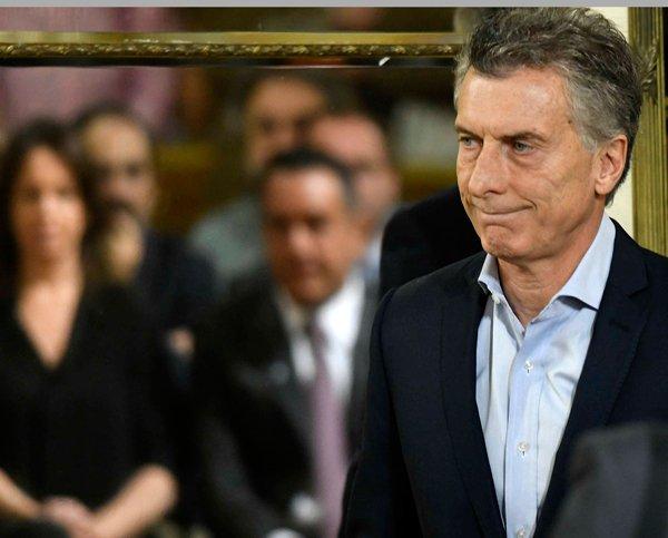 El presidente de Argentina, Mauricio Macri, admite que la economía está en emergencia.