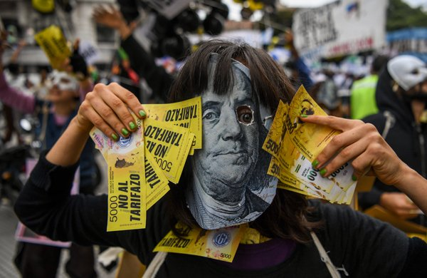 El peso argentino continuó su caída ante el dólar.