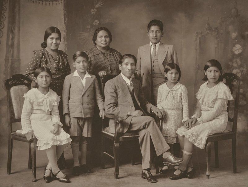 Martín Chambi y familia. Angélica, Celia, Manuel, Manuela, Martín, Víctor, Mery y Julia, 1920-1934.
