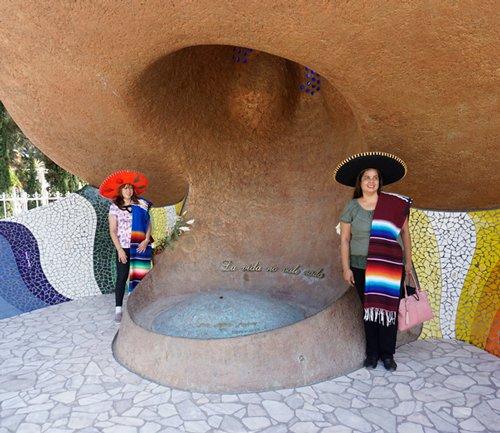 Tumba de José Antonio Jiménez, en Dolores Hidalgo. Las muchachas se retratan bajo el gigantesco sombrero del legendario compositor nacido en este pueblo.