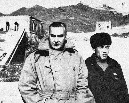 Malaparte en su último viaje, en la Gran Muralla China, 1956.