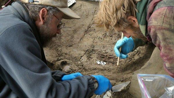 Hallazgo de los restos de la niña en el yacimiento de Upward Sun River, en Alaska.