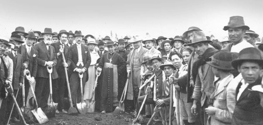 Minga organizada para abrir los terraplenes del ferrocarril. Años veinte.