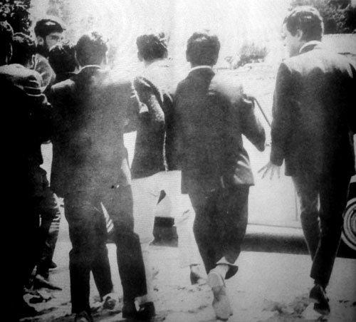 El grupo en acción sale con Virgilio Cammarata en vilo rumbo a la camioneta que esperaba fuera del aeropuerto.