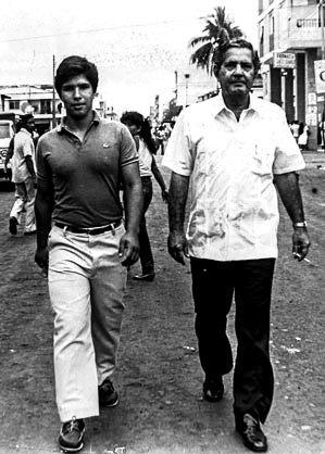 Eduardo Carmigniani García e hijo, yendo a votar, en las elecciones de 1978.