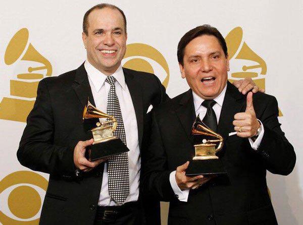 Marco con el líder de la banda Óscar Hernández.
