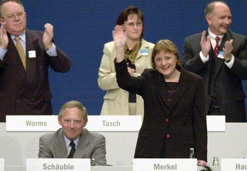 Angela Merkel, junto al entonces presidente del partido, Wolfgang Schäuble, tras un discurso en una convención del partido, 2000.