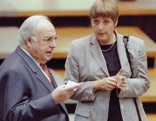 Cuando era ministra de Medio Ambiente de Alemania, habla con el excanciller Helmut Kohl durante un debate en el Parlamento, 1995.