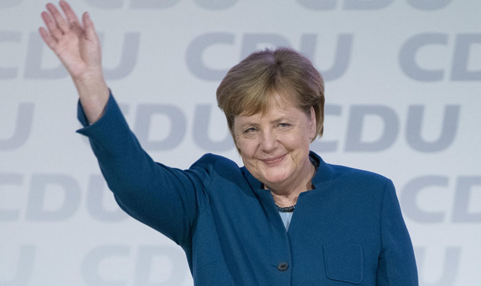 """En 2015, durante la crisis de refugiados y desplazados más grave vivida en Europa desde el final de la Segunda Guerra Mundial, Merkel ordenó que Alemania abriera sus puertas a cientos de miles de personas que se agolpaban en sus fronteras. Aquella medida —que siempre ha calificado como """"excepcional"""" y no ha vuelto a repetir— le costó la retirada de confianza del electorado más conservador. La decisión sorprendió, por el contrario, a sectores políticos en toda Europa, muchos de ellos críticos con la canciller, que lo interpretaron correctamente como un claro mensaje de que hay situaciones donde hay que hacer lo correcto aunque políticamente sea perjudicial. Fuente: www.elpais.com"""