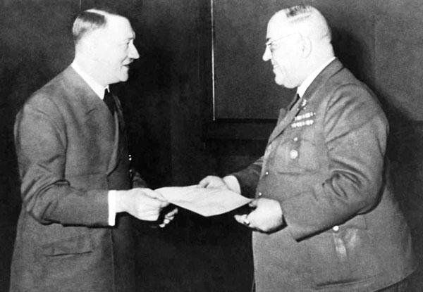 Adolf Hitler con el doctor Morell, su médico de cabecera.
