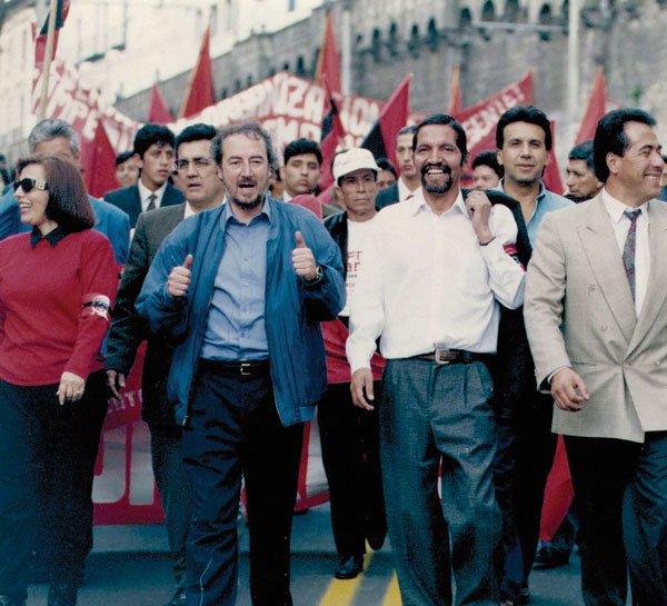 Marcha del APRE en Quito, en 1992. Detrás de Gustavo Larrea, aparece César Carmigniani y a la derecha, Lenín Moreno.