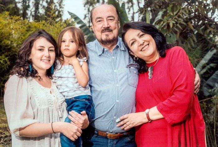 Con su esposa Lourdes Endara, su hija Camila y su nieta Luciana