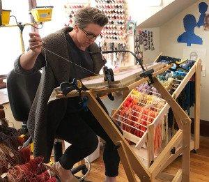 Cayze Zavalgia es una pintora americana que ha cambiado la pintura por el hilo y borda retratos hiperrealistas puntada a puntada.  www.caycezavaglia.com