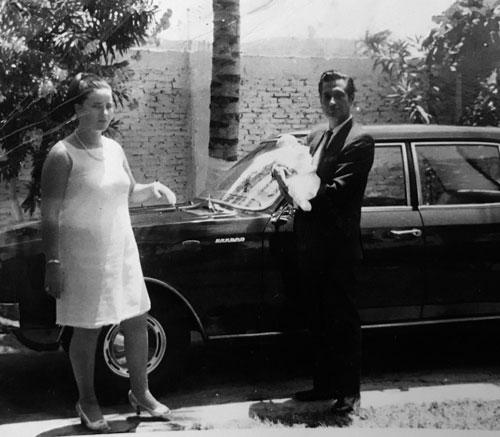 En brazos de su padre, Manuel Valencia, a la izquierda su madre, Luciana Assogna, Guayaquil,1969.