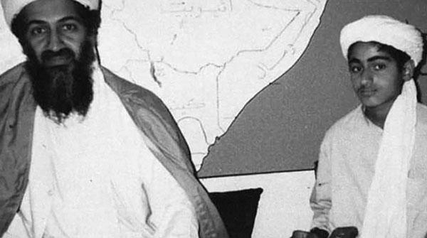 Osama bin Laden y su hijo Hamza. Desde la muerte de Osama, Hamza estuvo en el radar de la inteligencia de Estados Unidos.