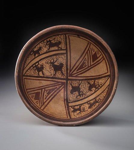 Plato con decoraciones geométricas y de venados. Cultura Pasto (400-1532 d. C.). Cerámica con pintura en negativo.