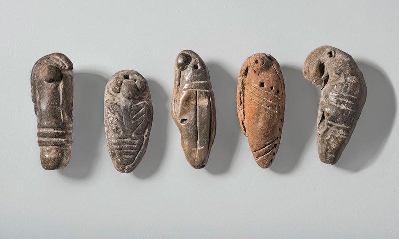 Conjunto de colgantes y silbatos con forma de insecto. Cultura Guangala (300 a. C.-400 d. C.).