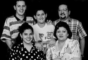 La foto familiar donde se aprecia a su padre Xavier, su madre Mercedes y sus hermanos (de pie) Francisco, Xavier, y María Fernanda sonriendo.