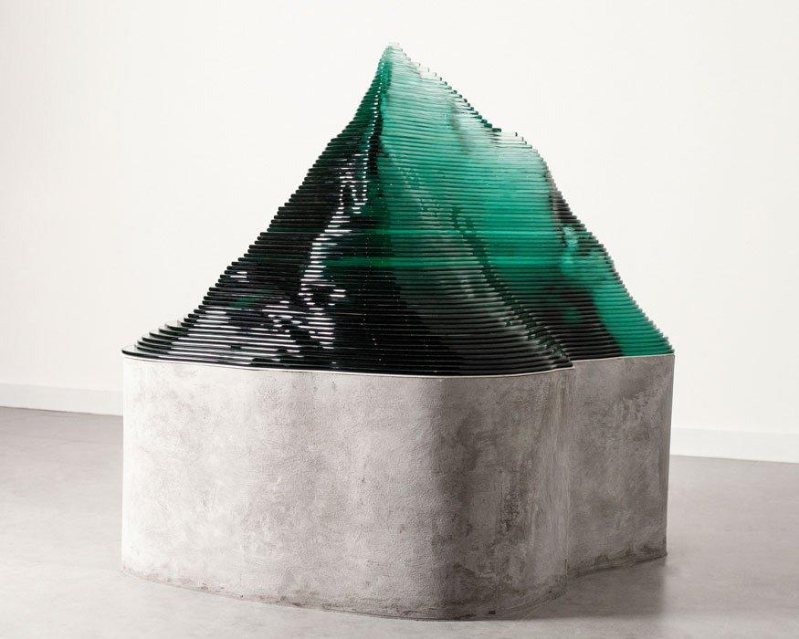 Pensamiento paisajero, una serie de planchas de vidrio superpuestas e instaladas  sobre una base de concreto, 2019.