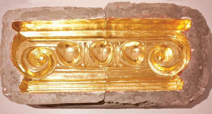 La más castellana de América, moldes de cemento parcialmente cubiertos en pan de oro, 2015.