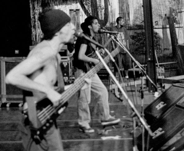 En 2003 la banda vivió momentos muy altos, como abrir el concierto del legendario Luis Alberto El Flaco Spinetta y ser no¬minados para los Premios Larva como La Mejor Banda Fusión del Ecuador. Foto: Rock al parque, Bogotá, Colombia, 1999.