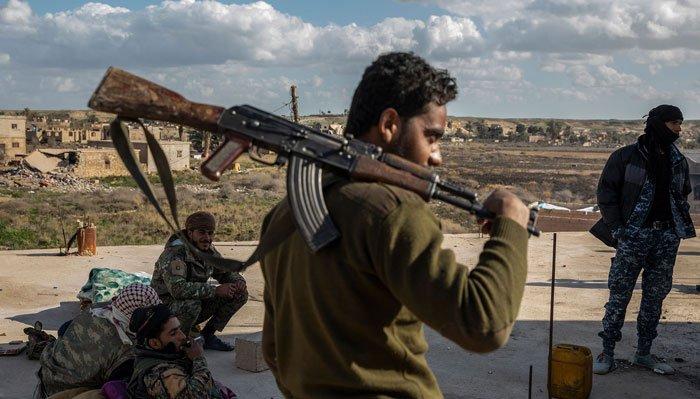 Combatientes de las Fuerzas Democráticas Sirias respaldadas por los Estados Uni¬dos cerca de la aldea de Baghuz, la última ciudad en Siria en poder del grupo Estado Islámico, febrero de 2019.