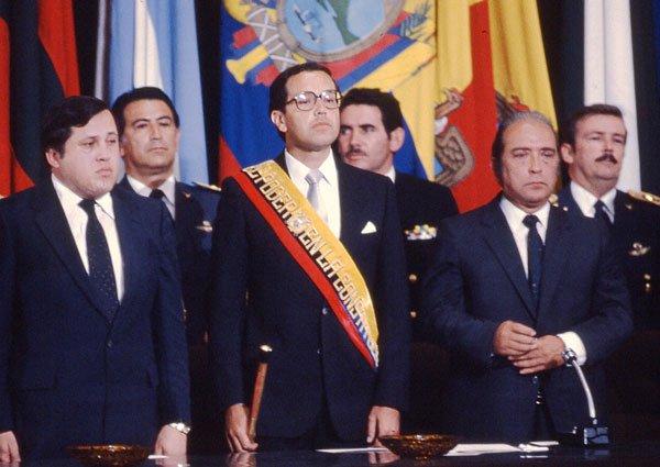 Desde la izq.: León Roldós, vicepresidente; el presidente Hurtado y Raúl Baca Carbo, presidente de la Cámara Nacional de Representantes. Quito,1981.