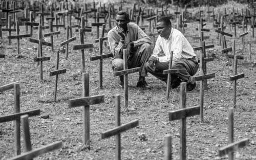 El genocidio de Ruanda fue un intento de exterminio de la población tutsi por parte del Gobierno hegemónico hutu de Ruanda entre el 7 de abril y el 15 de julio de 1994, en el que se asesinó aproximadamente al 70 % de los tutsis, estimándose entre 500 000 y un millón de personas asesinadas. Fuente: wikipedia.com