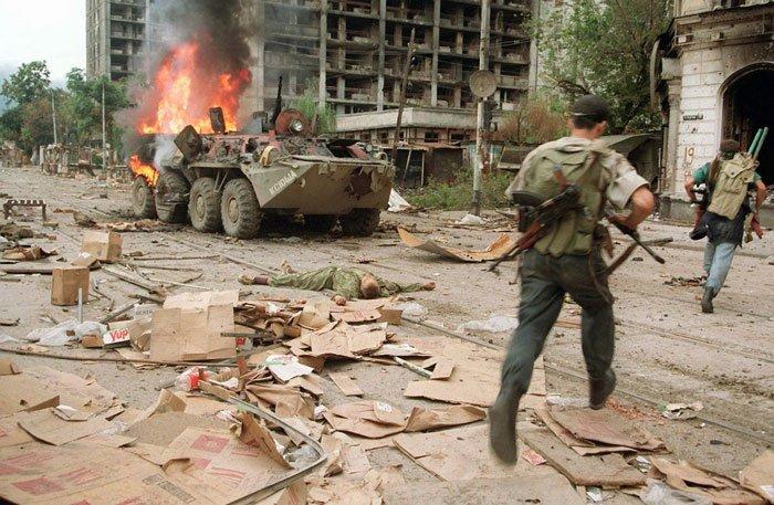 La primera guerra chechena comenzó cuando el Ejército ruso intentó recuperar el control de la República de Chechenia entre diciembre de 1994 y agosto de 1996. La cifra oficial de muertes de militares rusos fue de 5 500, pero algunas estimaciones llegaron a hablar de 14 000 fallecidos. Aunque no hay cifras exactas sobre el número de las fuerzas chechenas que fallecieron en el conflicto, las estimaciones sitúan el número entre 3 000 y 15 000 muertes. El número de civiles muertos oscilaría entre 30 000 y 100 000 y posiblemente más de 200 000 heridos, mientras que más de medio millón de personas fueron desplazadas por el conflicto, que dejó a ciudades y pueblos en ruinas en toda Chechenia. Fuente: wikipedia.com